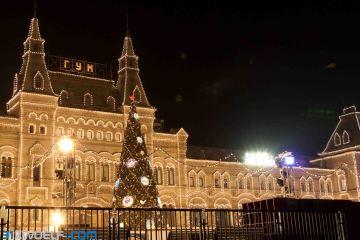 Auf dem Roten Platz wird gerade der Weihnachtsmarkt aufgebaut. In der Mitte entsteht eine riesige Eislaufbahn.